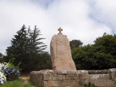 Menhir dit de Saint-Duzec - English: Christianized menhir of Saint-Uzec in Pleumeur-Bodou, France.