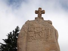 Menhir dit de Saint-Duzec - English: Christianized menhir of Saint-Uzec in Pleumeur-Bodou, France - close-up.