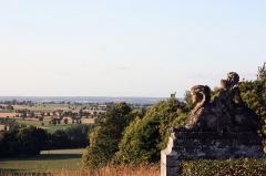 Château de Caradeuc (également sur communes de Longaulnay (35) et Saint-Pern (35)) - English: Female sphinx statue in the park of the château of Caradeuc in Plouasne, France.