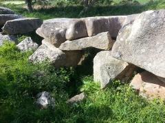 Allée couverte de Mélus -  Vue de l'entrée, située latéralement par rapport à l'allée.