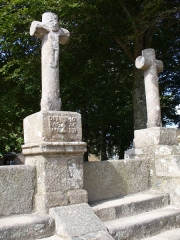 Chapelle Saint-Gonéry et cimetière -  Chapelle Saint-Gonéry - Die Drei Kreuze(1595) am Eingang stellen Jesus umgeben von Guten & Schlechten Dieben dar.Hohe Stufen als Schutz derToten vor bösen Dämonen. Enclos Paroissal - Plougrescant - Côtes-d'Armor - (Côte de Granit) - Bretagne