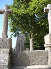 Chapelle Saint-Gonéry et cimetière -  Enclos Paroissal - Drei Kreuze(1595) am Eingang stellen Jesus umgeben von Guten & Schlechten Dieben dar.Hohe Stufen als Schutz der Toten vor Dämonen.-Chapelle Saint-Gonéry - Umfriedeter Pfarrbezirk - Plougrescant - Côtes-d'Armor - Côte de Granit Rose - Bretagne