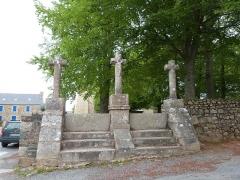 Chapelle Saint-Gonéry et cimetière - Au sud de l'enclos se trouve le calvaire avec ses trois croix: le Christ crucifié se trouve au milieu des croix des deux larrons (Chapelle Saint-Gonéry, Plougrescant)