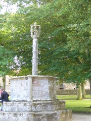 Chapelle Saint-Gonéry et cimetière -  Chapelle Saint-Gonéry. Die achteckige begehbare Außenkanzel(15.Jh.) schließt den Szenen aus der Passion darstellenden Calvaire(Kalvarienberg) mit ein.  Enclos Paroissal - Plougrescant - Côtes-d\'Armor - (Côte de Granit Rose) - Bretagne