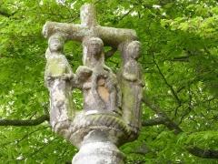 Chapelle Saint-Gonéry et cimetière - Français:   Pietà entourée de saint Gonéry tenant un livre et de saint Yves. Cette pietà, saint Gonéry et saint Yves se découvrent au sommet de la chaire à prêcher, face nord.