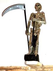 Eglise Saint-Milliau - Français:   Ploumilliau, église paroissiale Saint-Milliau: l\'Ankou (statue en bois peint, représentation de la mort en Bretagne , représenté ici avec sa faux et sa pelle de fossoyeur (non daté, XVIIe?)