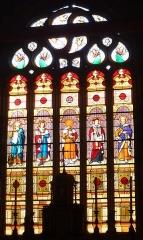 Eglise Saint-Milliau - Français:   Ploumilliau, église Saint-Milliau: maîtresse-vitre de l\'église paroissiale avec cinq représentations de saints, dont celle au centre de saint Milliau portant sa tête tranchée.