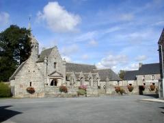 Ensemble architectural formé par l'église Saint-Sylvestre, l'ossuaire, le calvaire et la clôture du cimetière - Brezhoneg: Plouzelambr. Iliz. 32