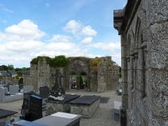 Restes de l'église Saint-Thuriau - Français:   Reste du bâtiment principal. Ossuaire sur la droite