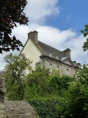 Maison du 18e siècle - Français:   Vue d\'une place en contrebas