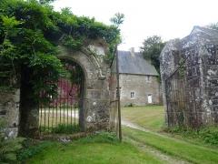 Manoir de la Grand'Isle - English: Manoir de la Grand'Isle à Saint-Bihy vue depuis l'extérieur du portail d'entrée