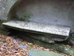 Fontaine Saint-Elouan - Français:   Fontaine et tombeau de Saint-Elouan adossés à la chapelle. Le tombeau.