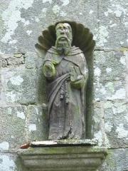 Fontaine Saint-Elouan - Français:   Fontaine et tombeau de Saint-Elouan adossés à la chapelle. La statue de Saint-Elouan