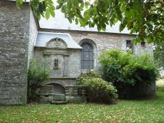 Fontaine Saint-Elouan - Français:   Fontaine et tombeau de Saint-Elouan adossés à la chapelle.
