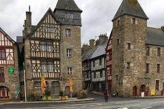 Maison à pans de bois - English: Grenier à grains et tour de gué La maison de gauche, à l'angle du quai Jaudy et de la rue Renan, est classée Monument historique.