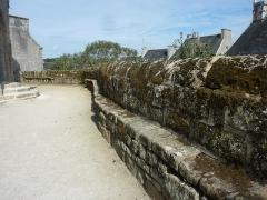 Eglise Saint-Raymond, ou Saint-Rumon - Français:   Banc de pierre faisant le tour, côté intérieur, du mur ceinturant l\'enclos paroissial de l\'église saint-Raymond d\'Audierne.