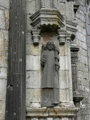 Eglise Notre-Dame - Porche sud de l'église Notre-Dame de Bodilis (29). Archange Gabriel du groupe de l'Annonciation.