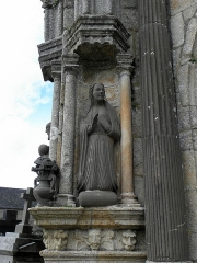 Eglise Notre-Dame - Porche sud de l'église Notre-Dame de Bodilis (29). Vierge du groupe de l'Annonciation.