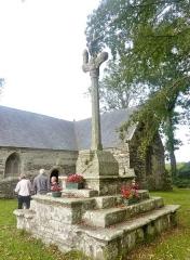 Chapelle Saint-Sébastien de Guernilis - Français:   Briec: chapelle Saint-Sébastien de Garnilis, le calvaire près de la chapelle dans l\'enclos paroissial (XVIème siècle).