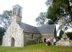 Chapelle Saint-Sébastien de Guernilis - Français:   Briec: la chapelle Saint-Sébastien de Garnilis et son calvaire (XVIème siècle), vue d\'ensemble.