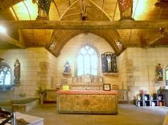 Chapelle Saint-Sébastien de Guernilis - Français:   Briec: chapelle Saint-Sébastien de Garnilis, le chœur, avec l\'autel et les statues d\'une Vierge de Pitié, de St Sébastien, et de St Roch, classées M.H..