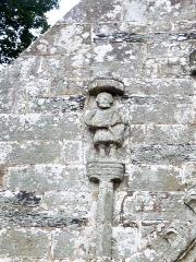 Chapelle Saint-Sébastien de Guernilis - Français:   Briec: chapelle Saint-Sébastien de Garnilis, détail de la façade (un archer)