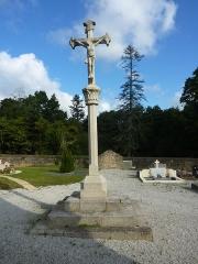 Eglise Saint-Hilaire - Français:   Clohars-Fouesnant: la croix de mission située dans le cimetière. Erigée en 1881 lors de la mission paroissiale. Tombé naturellement au début du XXIème siècle, elle se brisa en sept morceaux et a été remontée en 2009. Elle était implantée primitivement dans l\'ancien cimetière dans le placître de l\'église Saint-Hilaire et transféré dans le nouveau cimetière en 1951