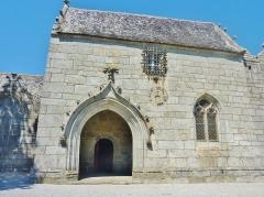 Eglise Saint-Hilaire - Français:   Clohars-Fouesnant: église paroissiale Saint-Hilaire, le porche-sacristie-salle de délibération (XVIème siècle)