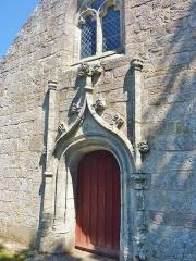 Eglise Saint-Hilaire - Français:   Clohars-Fouesnant: église paroissiale Saint-Hilaire (XVIe siècle), porte de style gothique flamboyant