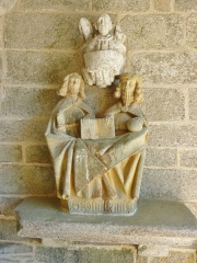 Eglise Saint-Hilaire - Français:   Clohars-Fouesnant: église paroissiale Saint-Hilaire (XVe), groupe trinitaire situé dans le porche d\'entrée, en grès (influence art allemand)