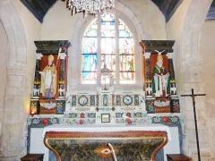 Eglise Saint-Hilaire - Français:   Clohars-Fouesnant: église paroissiale Saint-Hilaire, le maître-autel et les statues de la Sainte-Trinité et de saint Hilaire