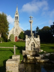 Fontaine et calvaire du Dreneck - Français:   Le calvaire-fontaine et la chapelle du Drennec en Clohars-Fouesnant (Finistère)