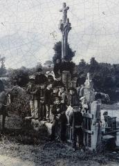 Fontaine et calvaire du Dreneck - Français:   Le calvaire de la fontaine du Drennec en Clohars-Fouesnant un jour de pardon (fin XIXe)