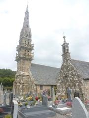 Chapelle Sainte-Nonne - Français:   Dirinon :les façades de l\'église Sainte-Nonne (XVe-XVIIIe) et, à droite, de la chapelle Sainte-Nonne (1577)