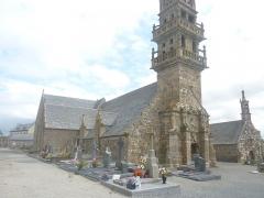 Chapelle Sainte-Nonne - Français:   Dirinon: église Sainte-Nonne, côté nord, et en arrière-pal, la chapelle Sainte-Nonne