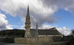 Chapelle Sainte-Nonne - Français:   Vue méridionale de la chapelle et de l\'église Sainte-Nonne de Dirinon (29).