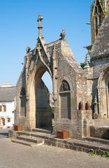 Eglise Saint-Onneau -  Esquibien - église Saint-Onneau. Arc de triomphe transformé en monument aux morts.