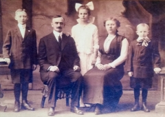 Fontaine du 16e siècle de Rumengol - Deutsch: Porträt von Friedrich Trumps und Elizabeth Christ Trumps Familie; der ältere Sohn (links) ist Fred Trump