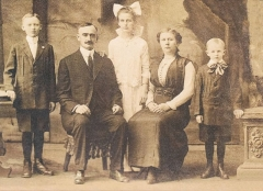 Fontaine du 16e siècle de Rumengol - English: Portrait of Friedrich Trump's and Elizabeth Christ Trump's Family; the oldest son (left) is Fred Trump