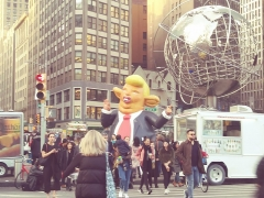 Fontaine du 16e siècle de Rumengol -  Anti-Donald Trump demonstration with Trump effigy February 5 2019 at Trump International Hotel & Tower, Columbus Circle, New York, NY 4:35 PM