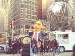 Fontaine du 16e siècle de Rumengol -  Anti-Donald Trump demonstration with Trump effigy February 5 2019 at Trump International Hotel & Tower, Columbus Circle, New York, NY 4:35 PM
