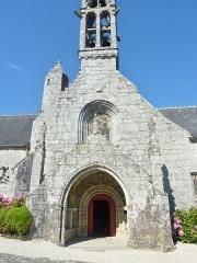 Eglise Notre-Dame d'Izel Vor - La Forêt-Fouesnant: la façade de l'église paroissiale Notre-Dame d'Izel Vor (XVIème siècle)