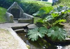 Chapelle de Saint-Cado ou Saint-Cadou - Français:   Gouesnach: la fontaine de Saint-Cadou