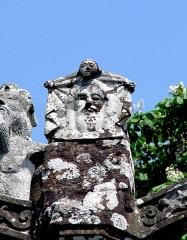 Chapelle Notre-Dame des Trois-Fontaines - Deutsch: Gouézec (Bretagne, Finistère) Chapelle Notre-Dame des Trois-Fontaines: Calvaire, das Schweißtuch der Veronika (vera icon)