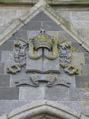 Eglise Saint-Pierre - Français:   Ornement sculpté au gable du portail occidental de l\'église Saint-Pierre de Guiclan (29).