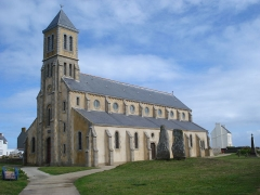 Deux menhirs dits Les Causeurs - English: church of Iland of Sein