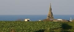 Eglise Saint-Pol-Aurélien -  Eglise de Lampaul-Ploudalmézeau sur fond de mer
