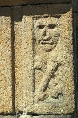 Ancien ossuaire de Saint-Thomas - English: Bas-relief figure of death on the Ossuary of St Cadou, Landerneau.