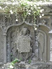 Fontaine de Saint-Thivisiau - Français:   Ange portant un écu. Détail de la fontaine Saint-Thivisiau à Landivisiau (29).