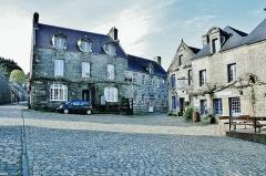 Place de l'Eglise - Français:   Façades des maisons, place de l\'église, de Locronan. Finistère